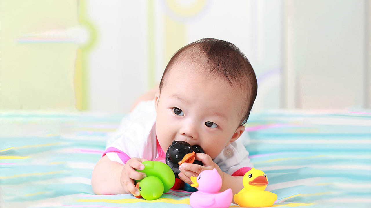 Zpomalovače hoření, které se přidávají do některých černých plastů v elektronice, se mohou po recyklaci dostávat do dětských hraček. Hlavně těch necertifikovaných z Číny. Ilustrační foto.