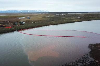 U arktického Norilsku unikly tisíce litrů paliva do řeky, zbarvily ji do ruda. Obnova potrvá desítky let