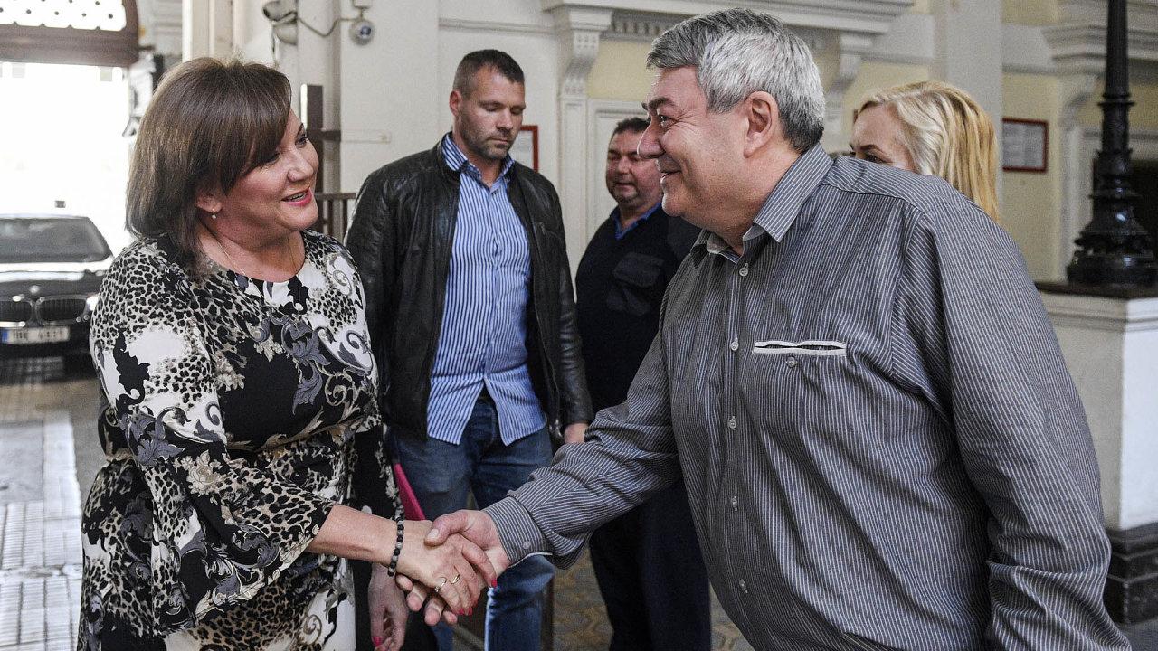 KSČM si vpátek pozvala ministryni financí Alenu Schillerovou (zaANO), aby vysvětlila okolnosti letošního deficitu. Na snímku s šéfem komunistů Vojtěchem Filipem.