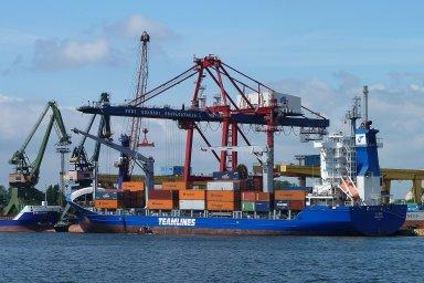 Námořní loď v přístavu - ilustrační foto.