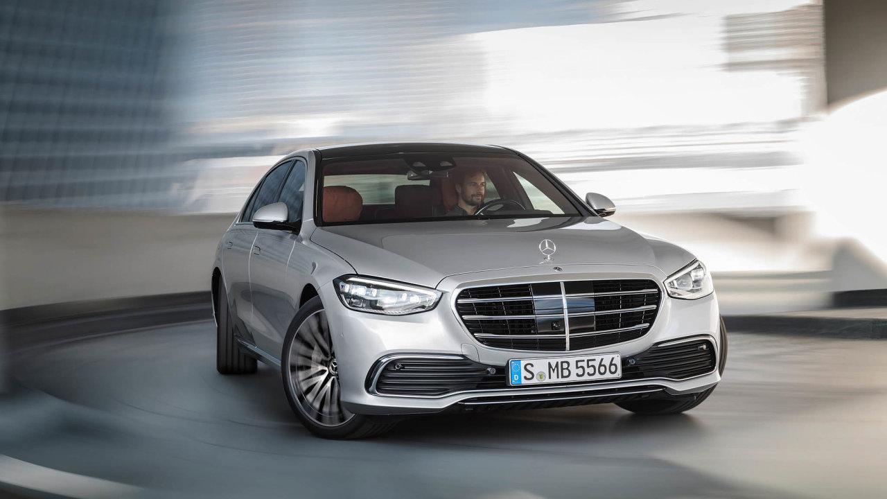 Mercedes třídy Sse bude prodávat jen jako sedan (dřívější kupé akabriolet končí), navýběr bude mezi kratší verzí dlouhou 5,2 metru adelší s5,3 metru nadélku.