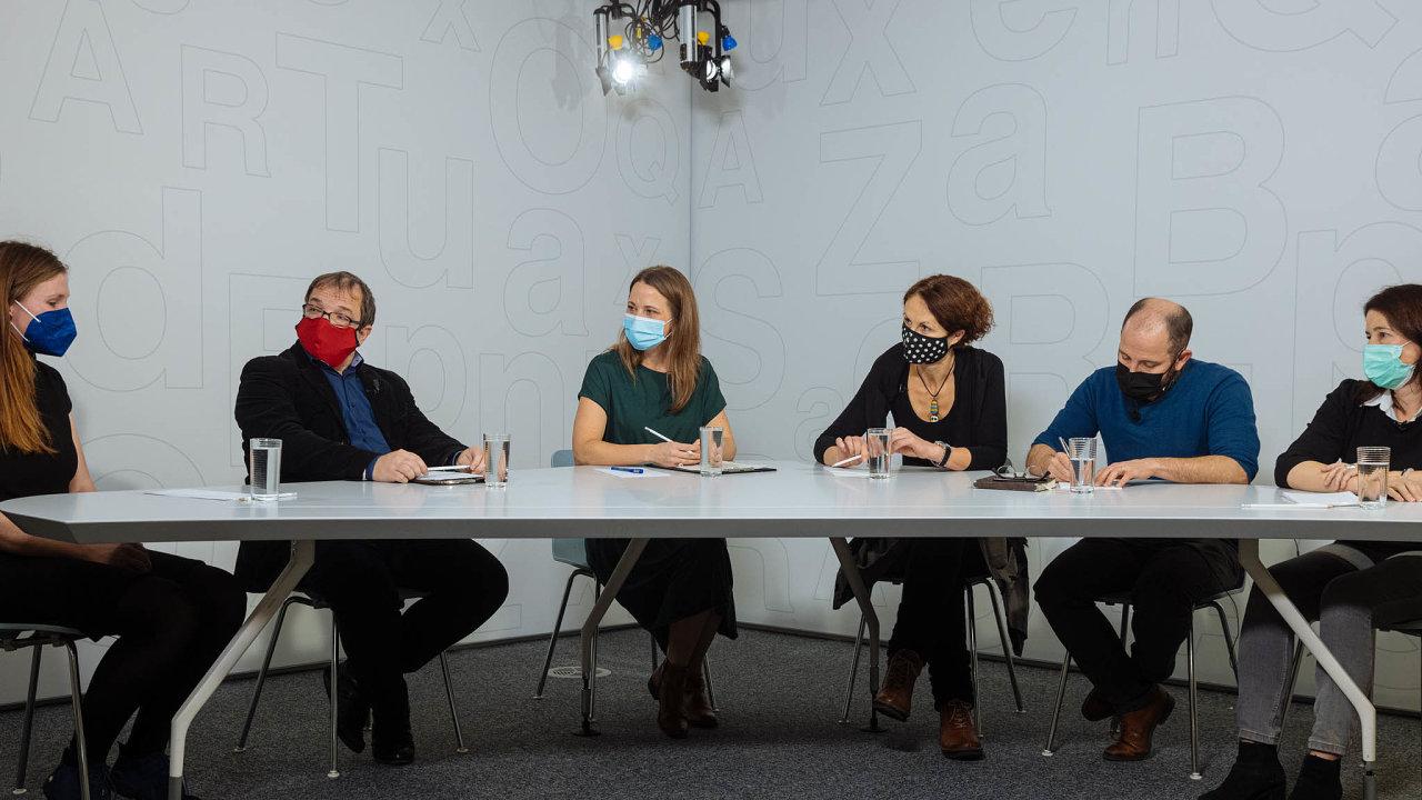 Onerovných šancích vevzdělávání diskutovali zleva: Tereza Vítková, David Souček, Vanda Kofroňová, Dana Hádková, Daniel Prokop aZuzana Ramajzlová.