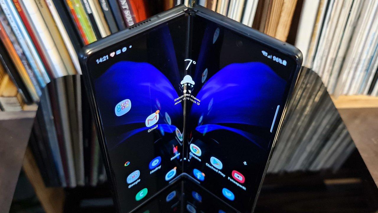 Galaxy Z Fold určil nový směr vývoje telefonů. Letos se přidají další výrobci, ale skutečný přínos ohybných displejů je zatím otázkou.
