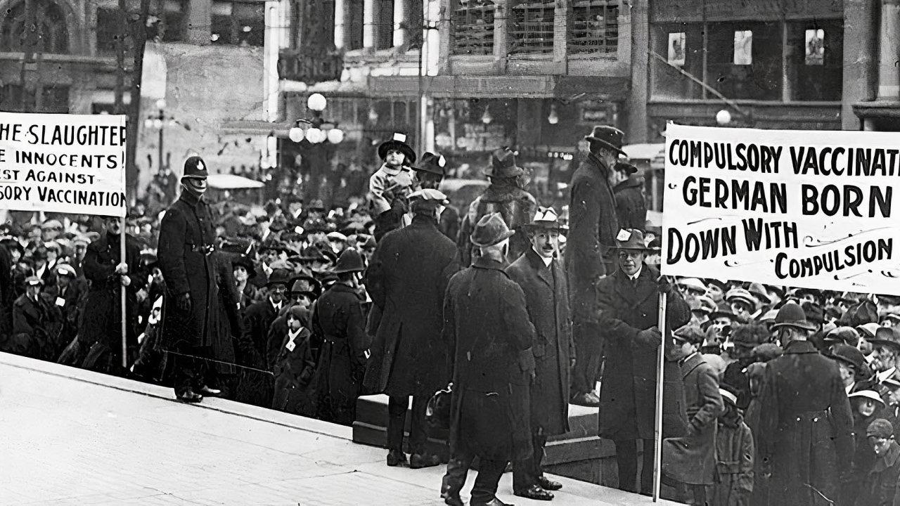 Demonstrace proti povinnému očkování v Kanadě krátce po skončení první světové války. Argumenty stavěly na aktuálně silném protiněmeckém cítění.