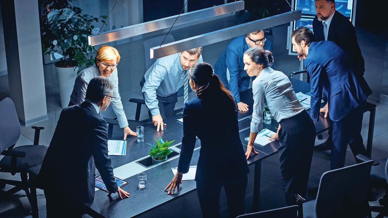 Firemní strategie by neměla vycházet jen zhlav azkušeností vedení firmy. Dojejí tvorby je třeba zapojit inižší management, budoucí lídry, firemní specialisty adalšíklíčové zaměstnance.