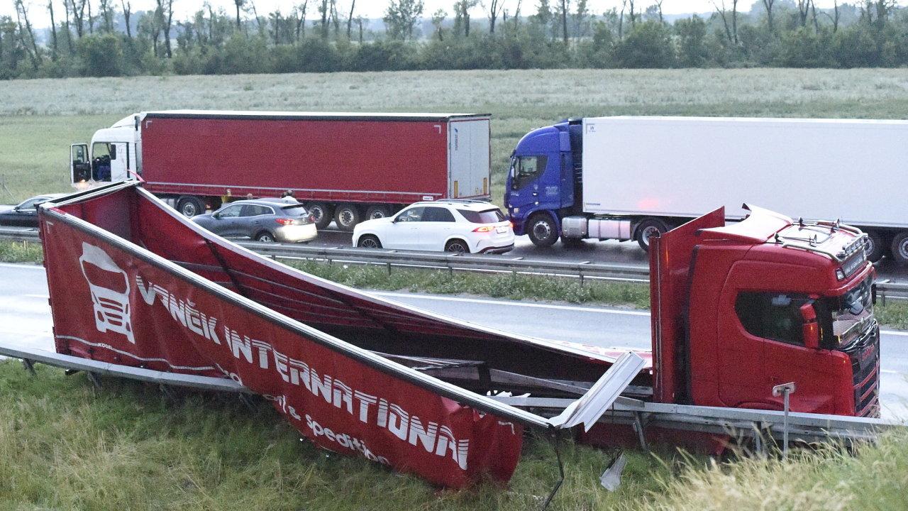 Bouře s tornádem na jihu Moravy zkomplikovala silniční i železniční dopravu. Na snímku je poškozený návěs kamionu na dálnici D2 poblíž Břeclavi.