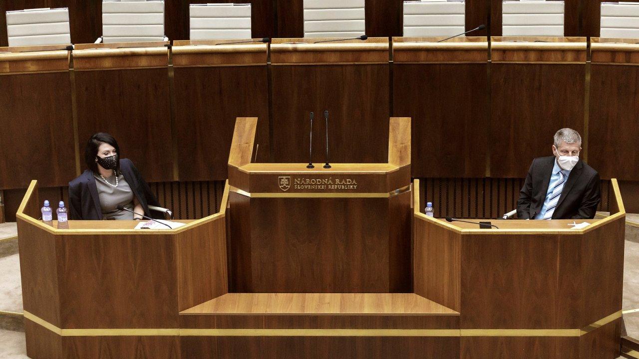 Vpravo slovenský ministr zdravotnictví Vladimír Lengvarský (za OĽaNO) a vlevo poslankyně Jana Bittó Cigániková (SaS) během jednání slovenské Národní rady o covidových pasech.