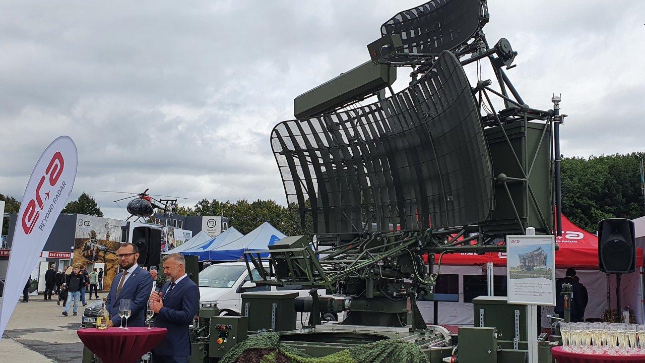 Náměstek ministra obrany Tomáš Kopečný (vlevo) a obchodní ředitel firmy Era Ondřej Chlost představují na Dnech NATO v Ostravě nový radar PLESS