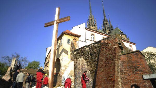 Brno má památku na papeže - dvanáctimetrový kříž