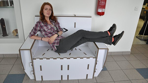 Posezení ve vítězném gauči od studentů ze Zlína.