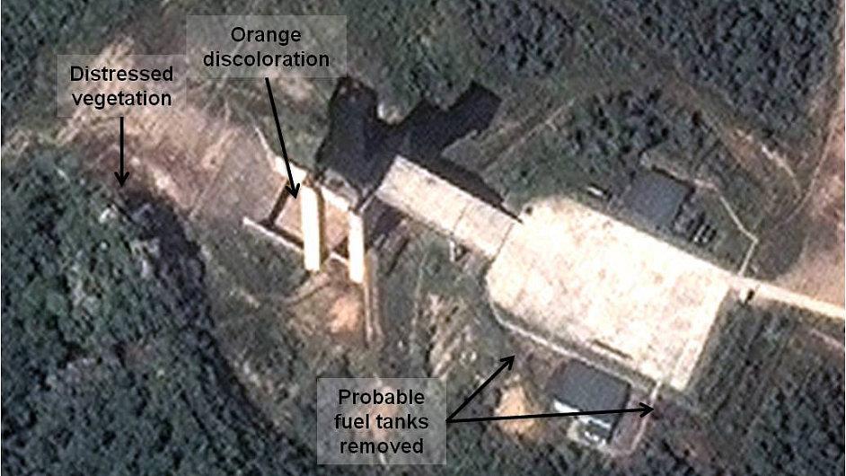 Satelitní snímek odhalil testování raketových motorů v KLDR