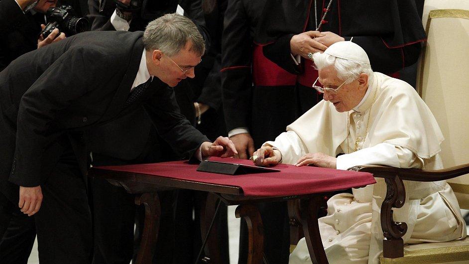Papež poslal svůj první tweet přes iPad