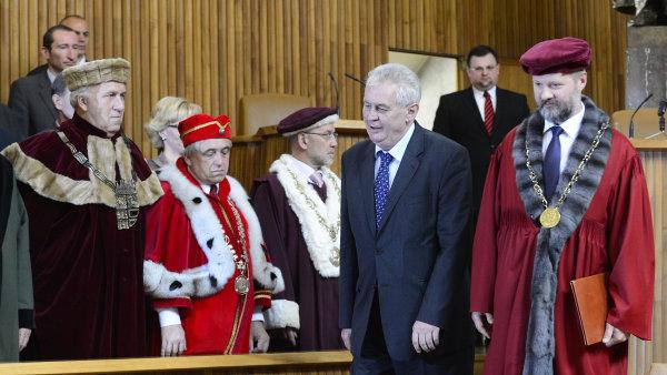 Prezident Miloš Zeman a bývalý rektor Univerzity Karlovy Václav Hampl (ilustrační foto)