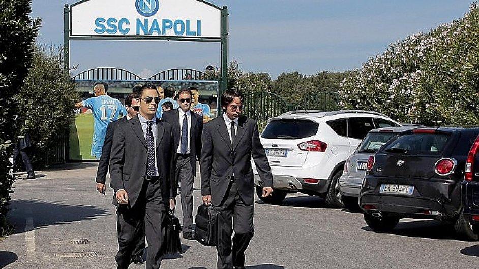 Vyšetřovatelé v areálu Neapole