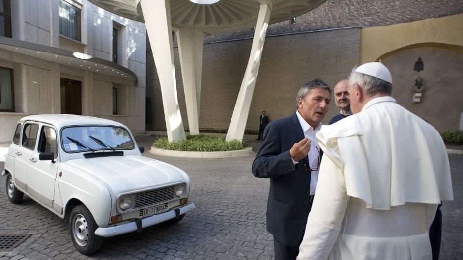 Papež se starým Renaultem