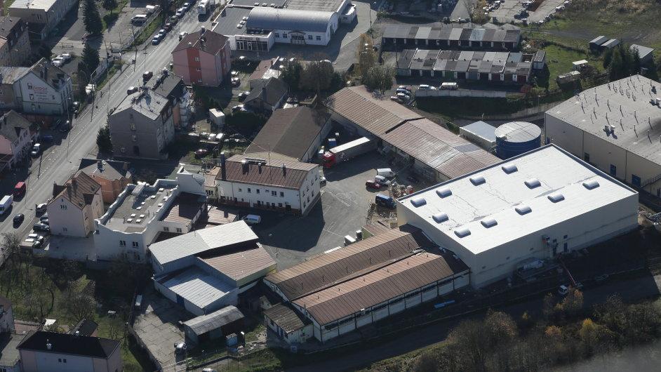 Letecký záběr areálu Becherovky, kde firma centralizovala výrobní i logistické provozy