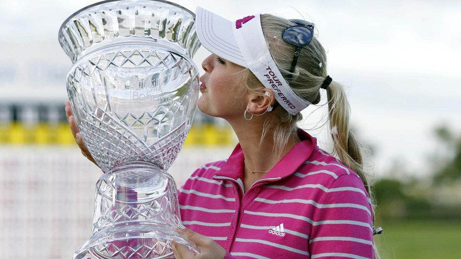 Jessica Kordová s trofejí pro vítězku turnaje Bahamas Classic