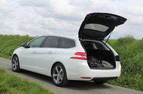 Konkurence mezi kombíky houstne. Nový Peugeot 308 SW láká na velký kufr a pohodlí