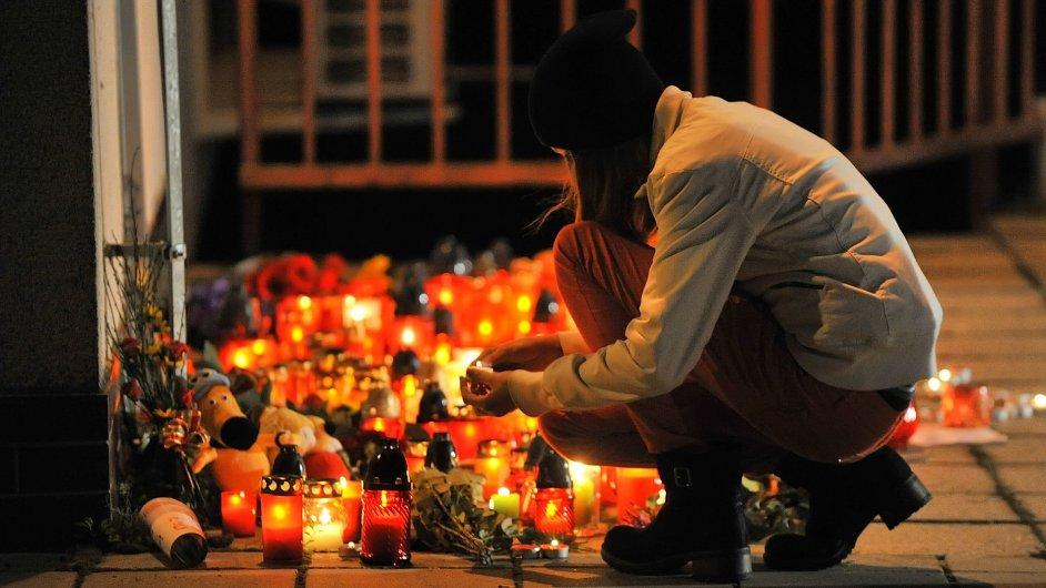 U střední školy ve Žďáru hoří od úterního večera svíčky.