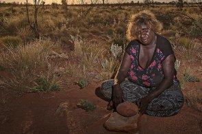 Život se jim otočil vzhůru nohama. Rodinu nomádů našli v poušti před 30 lety