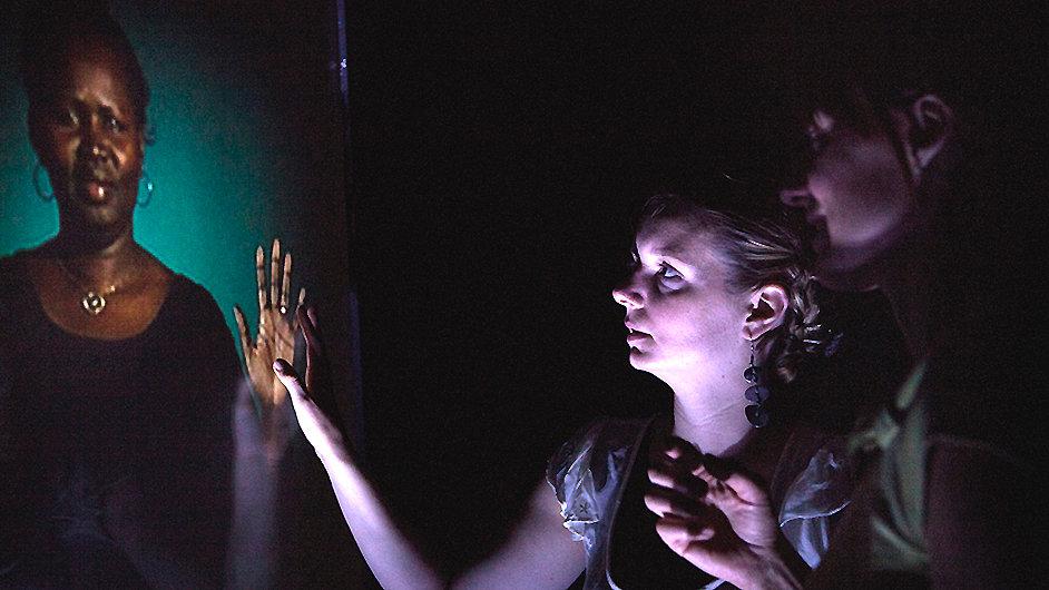 Snímek z videoinstalace Lynette Wallworthové.