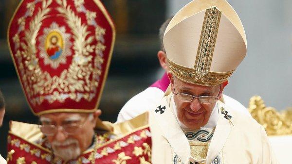 Mše se účastnil i arménský patriarcha Nerses Bedros XIX Tarmouni (vlevo).