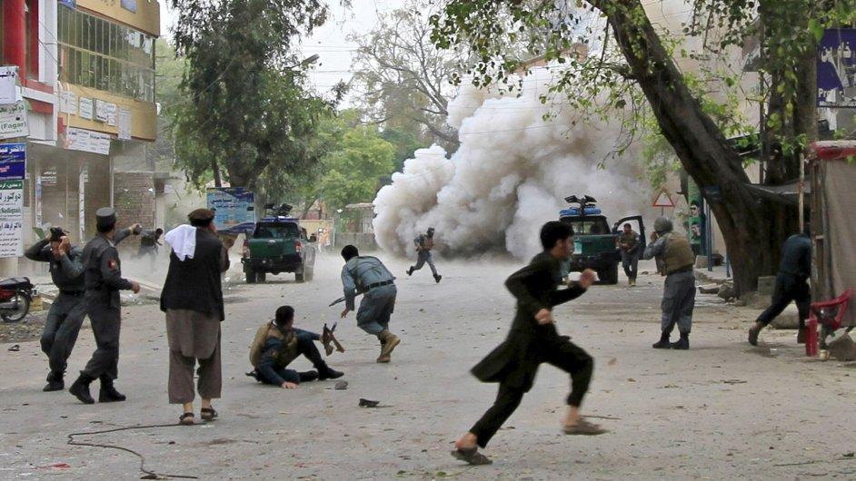 Lidé se utíkají schovat po výbuchu na východě Afgánistánu, při kterém zemřelo 33 lidí.