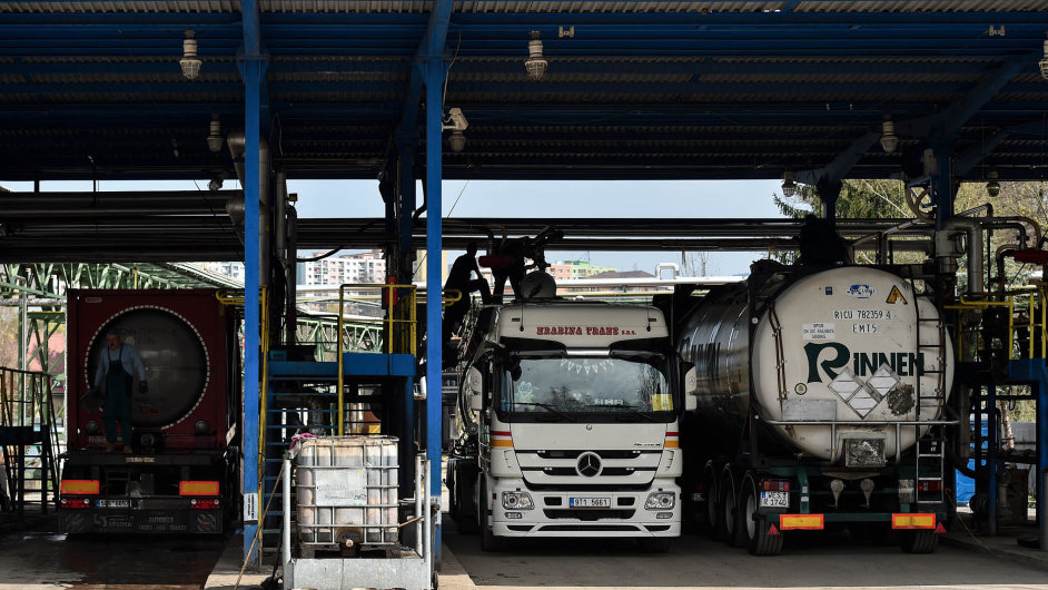 Z kafilerií přivezou tuk, odvezou biopalivo: Zhruba 12 kamionů přiveze denně z kafilerií do liberecké továrny Oleo Chemical živočišný tuk.