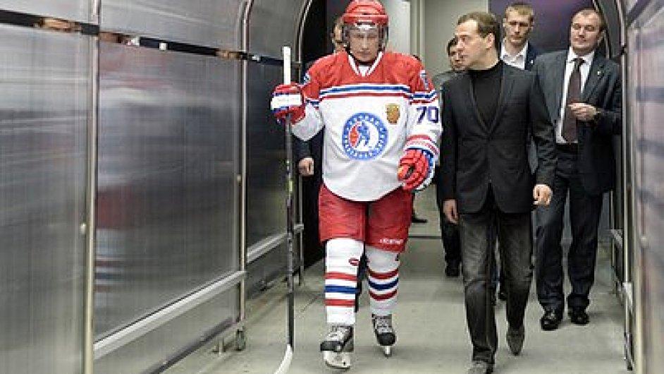 Prezident Putin dal na ledě osm gólů. Premiér Medveděv zůstal na tribuně.