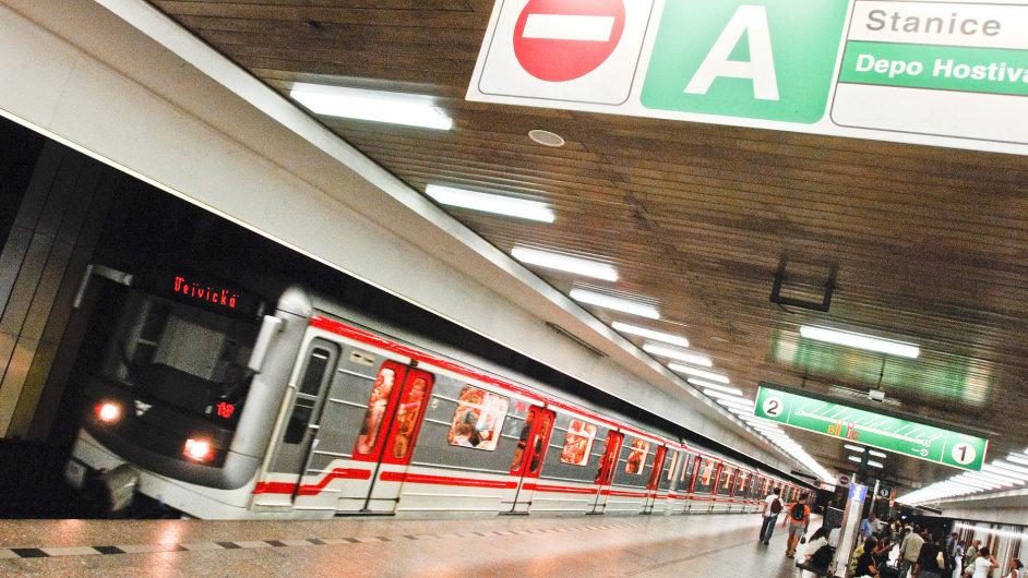 Kromě piktogramů navrhuje magistrát také zpřístupnění dalších výtahů metra pro lidi, kteří nastupují a vystupují s kolem.