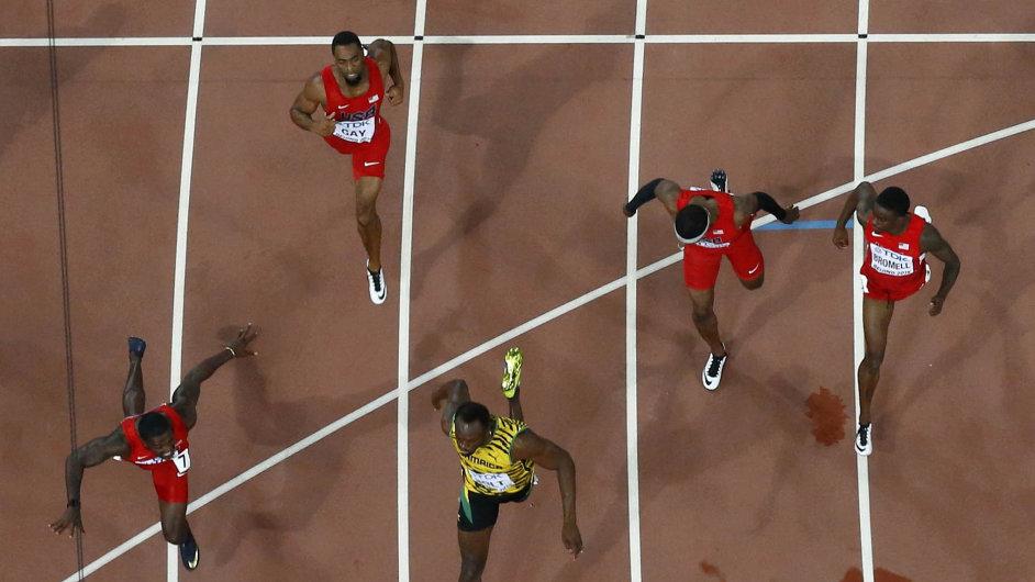 Žlutý Usain Bolt při nedělním závodě roku v Pekingu porazil svého velkého vyzyvatele Justina Gatlina (vlevo) o