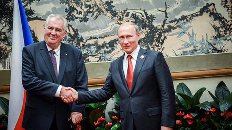 Zeman slavil s Číňany na přehlídce. Pak si notoval s Putinem