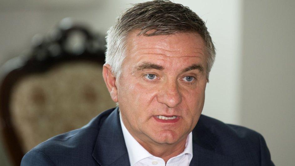 Národní bezpečnostní úřad odmítl kancléři prezidenta Vratislavu Mynářovi udělit bezpečnostní prověrku na nejvyšší stupeň přísně tajné.