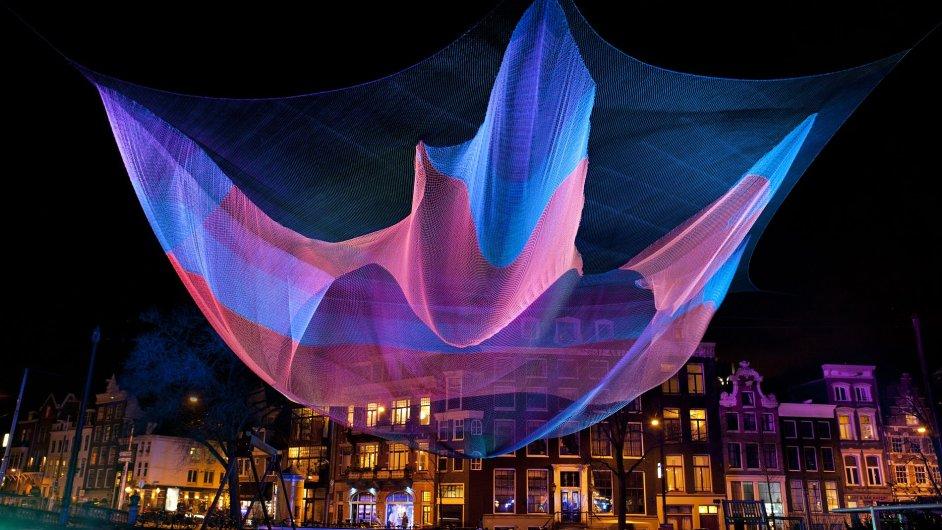 Festivalu Signal se zúčastní Američanka Janet Echelmanová, která se proslavila pestrobarevnými sítěmi reagujícími na okolí.