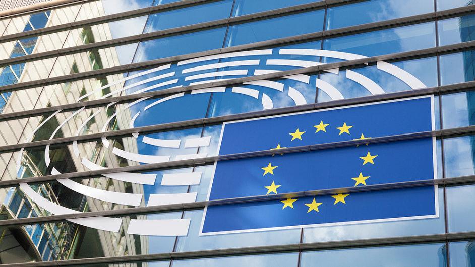 Budova a logo Evropského parlamentu, Brusel, ilustrační foto