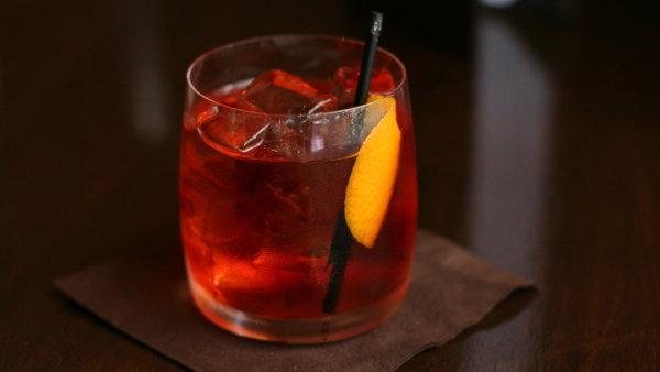 Temně červenou barvu získává nápoj z květů ibišku - Ilustrační foto.