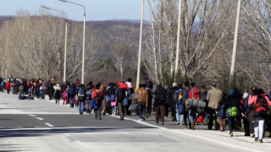 Zástup migrantů na řecko-makedonské hranici.