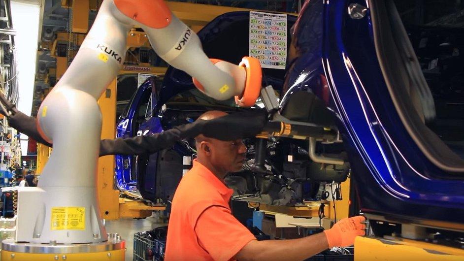 Dělníkům při práci pomáhají spolupracující roboti