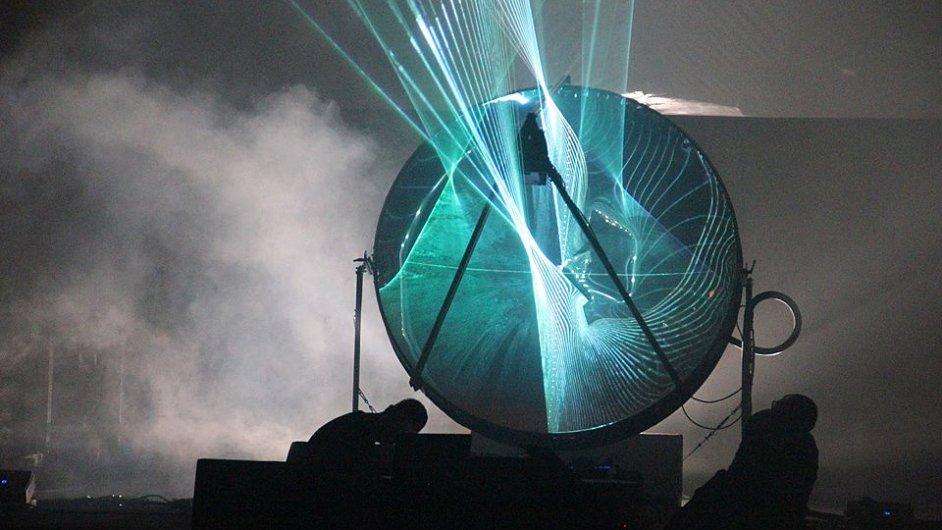 V neděli v Anežském klášteře hudebník Koreless představí show za vizuálního doprovodu Emmanuela Biarda a jeho instalace plné laserů a zrcadel.