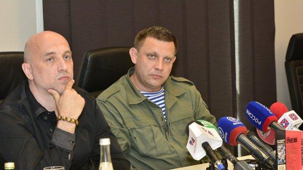 Na snímku z loňské tiskové konference v Doněcku jsou spisovatel Zachar Prilepin (vlevo) a lídr proruských separatistů Alexandr Zacharčenko.
