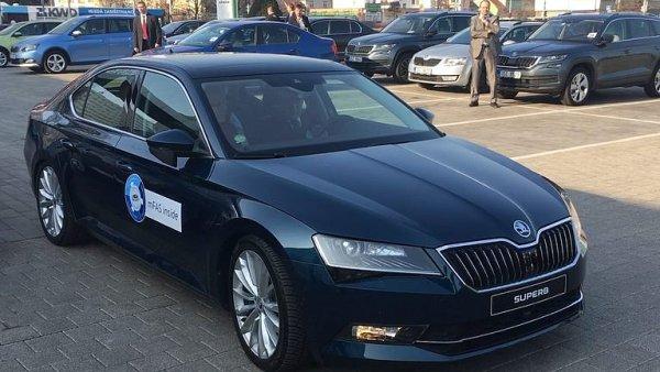 Premiér Sobotka vyzkoušel, jak s ním Škoda Superb zaparkuje sama.