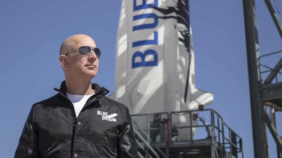 Jeff Bezos stojící u rakety společnosti Blue Origin.