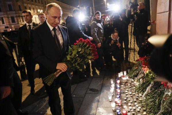 Putin uctil oběti útoku v metru