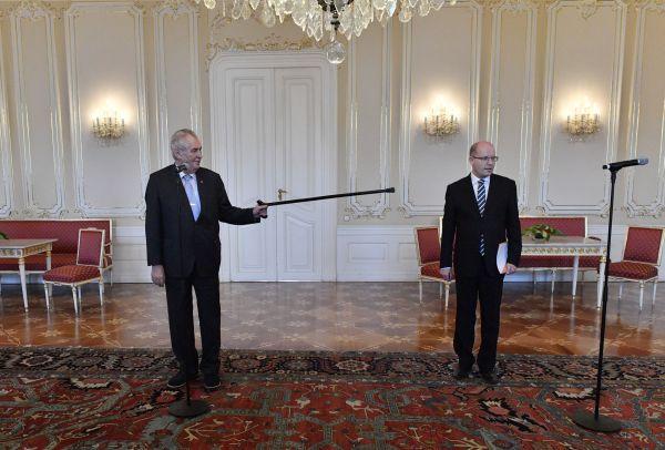 Prezident Miloš Zeman ukazoval premiérovi jeho místo holí.