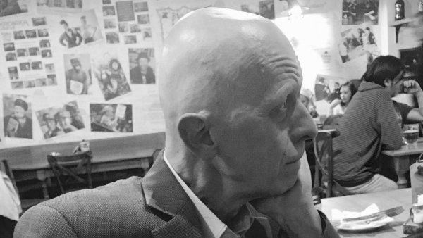 Na snímku z loňského prosince je zesnulý redaktor Milan Macháček.