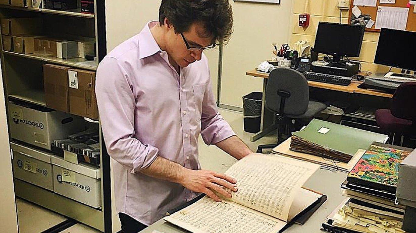 Dirigent Jakub Hrůša si na snímku ze Chicaga prohlíží partituru Smetanovy Mé vlasti, kterou orchestr vlastní od dob svého zakladatele Theodora Thomase.