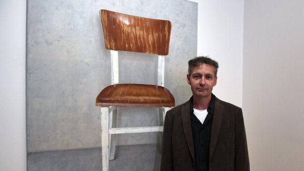 Martin Velíšek se narodil roku 1968 v Aténách, vystudoval Akademii výtvarných umění v Praze.