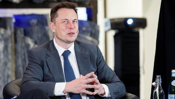 Během středeční prezentace finančních výsledků, kdy firma vykázala svou nejvyšší čtvrtletní ztrátu v historii, dosahující 710 milionů dolarů, ztratil Musk nervy.