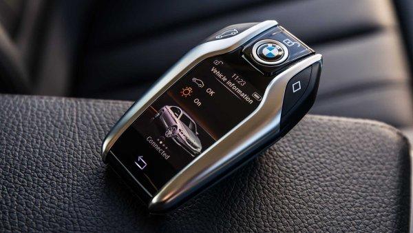Klíče pro BMW řady 5 se podobají malým mobilním telefonům.