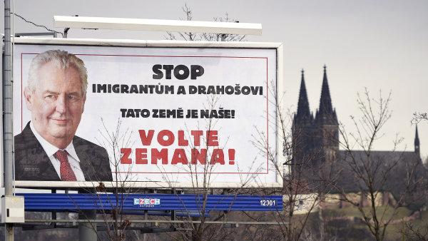Kontroverzní billboard byl zjednodušující, ale nepřekročil zákon, tvrdí soud.